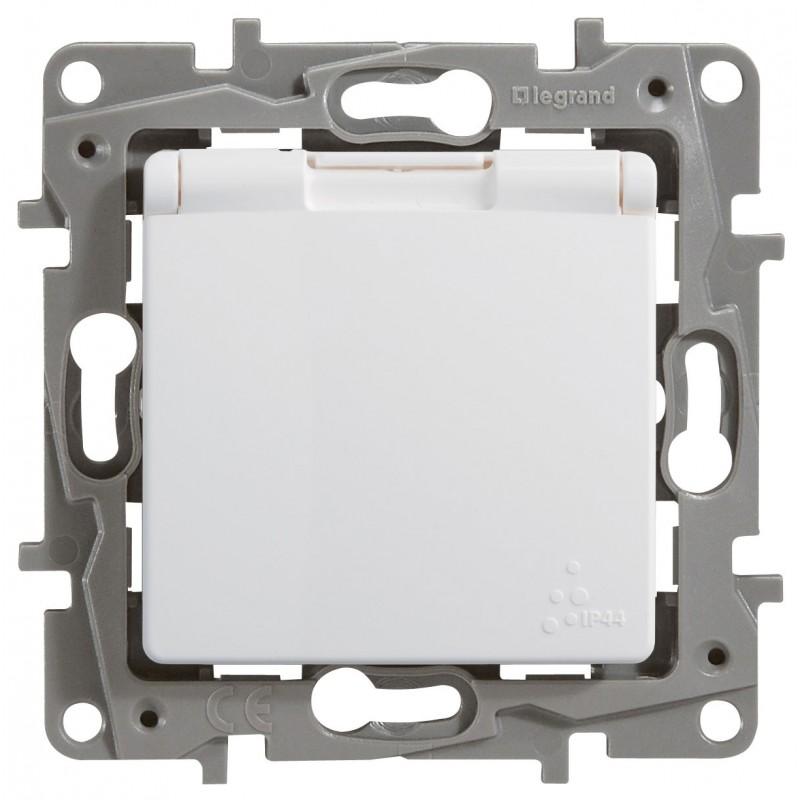 Механизм розетки (2К+З) 16А с крышкой и шторками IP44  авт. клем белый Legrand Etika 672232
